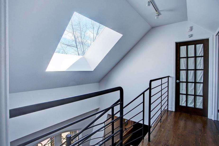 Des ouvertures ont été percées dans la toiture pour augmenter la luminosité à l'intérieur des appartements.
