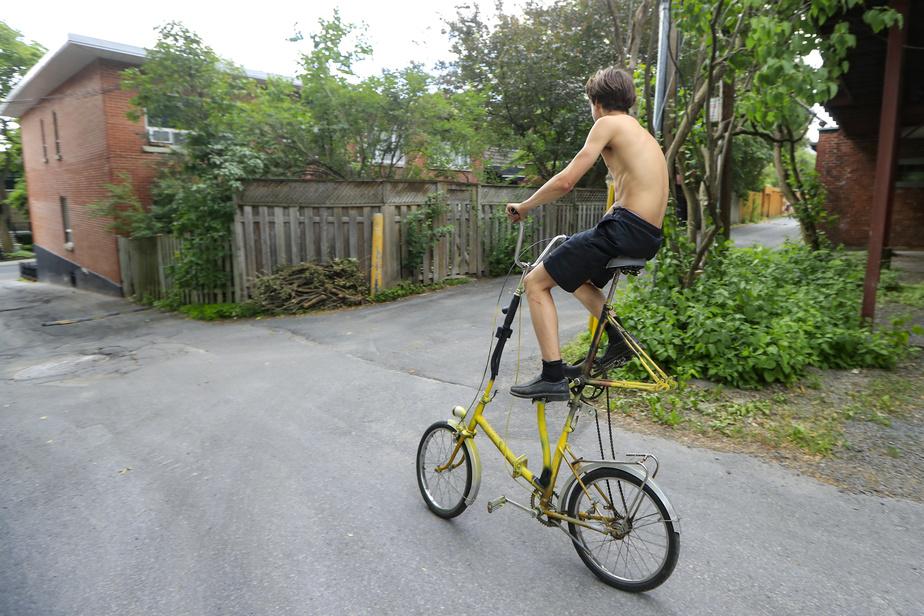 Dans une ruelle d'Outremont, MaximeLandreville fait du vélo sur une monture qu'il a lui-même créée.
