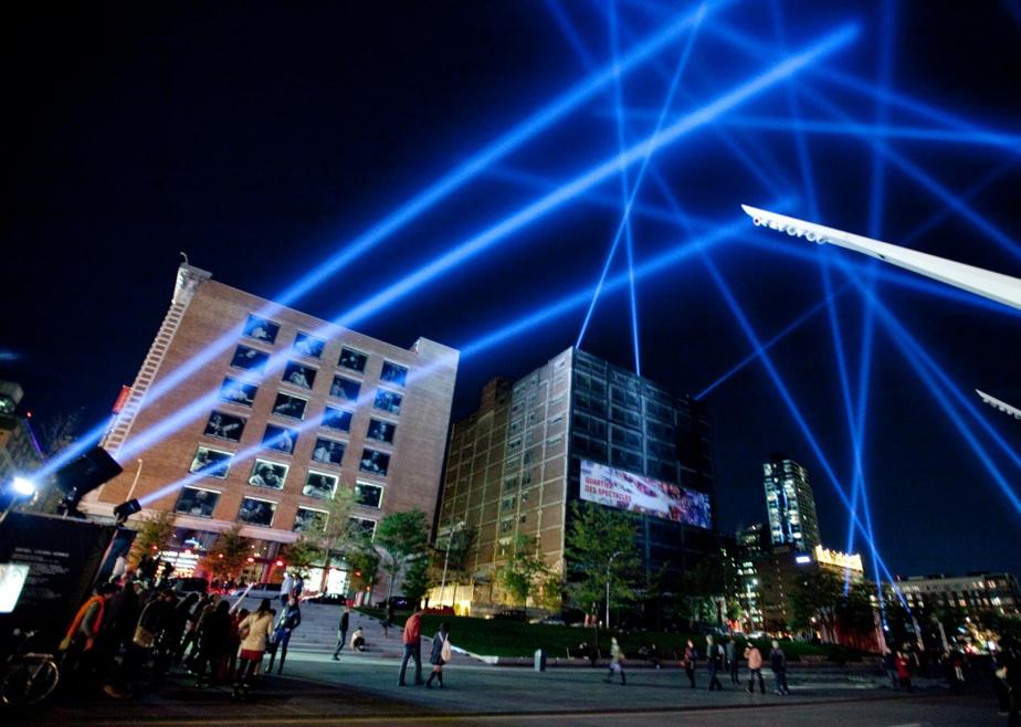 Une œuvre lumineuse de Rafael Lozano-Hemmer avait animé la place des Festivals, à Montréal, en octobre2011.
