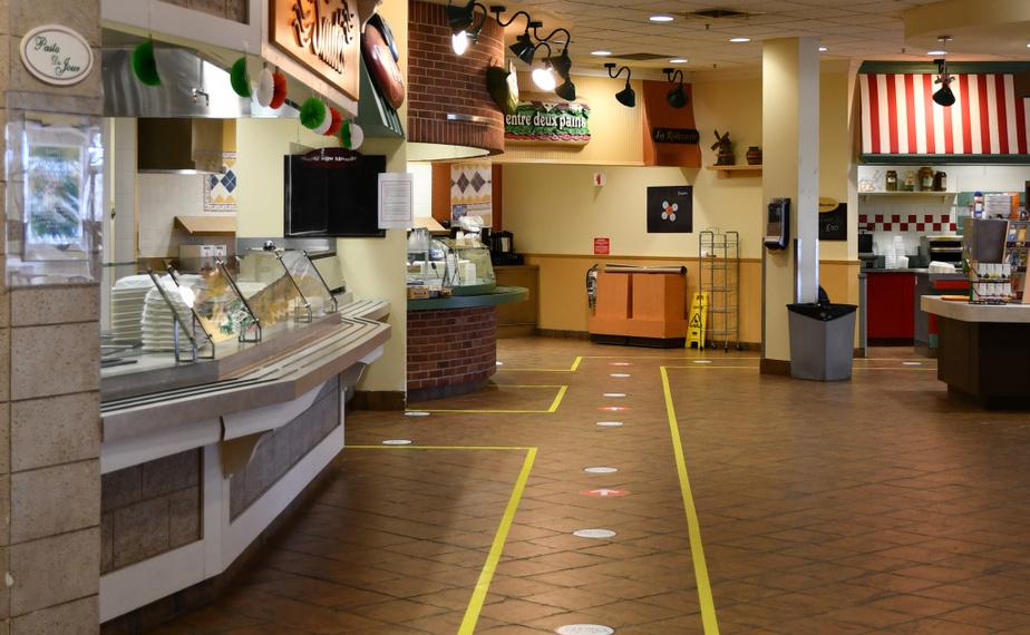 Toujours à la cafétéria de Bombardier, on ne trouvera maintenant plus que des plats préemballés. Un peu partout dans l'usine, des indications au sol imposent une circulation à sens unique.