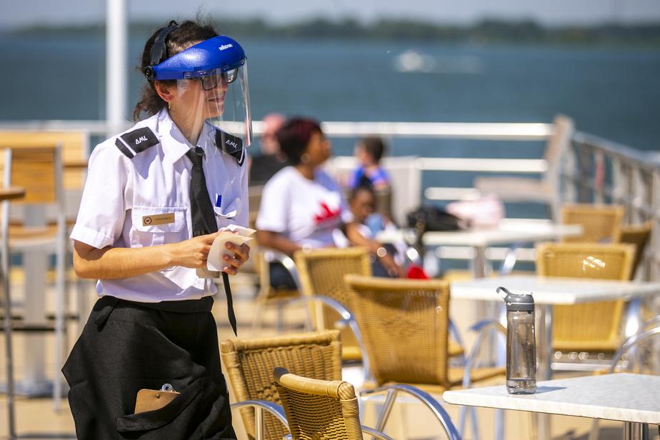 Boissons et nourriture sont servies à bord par des employés qui portent la visière.