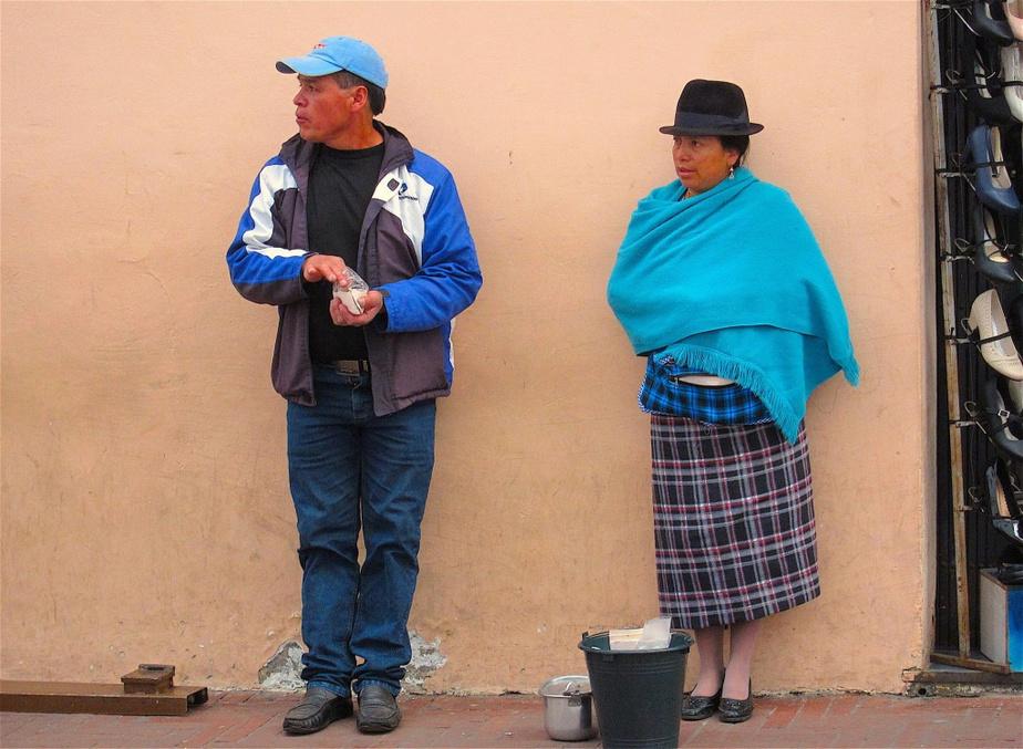 Dans le centre historique, les vendeurs de tout acabit abondent, comme cette femme qui offre du ceviche.