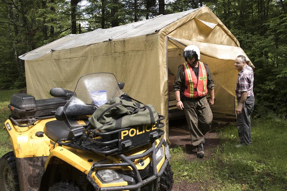 Denis Lévesque, un résidant de Saint-Rédempteur, laisse un policier inspecter ses installations