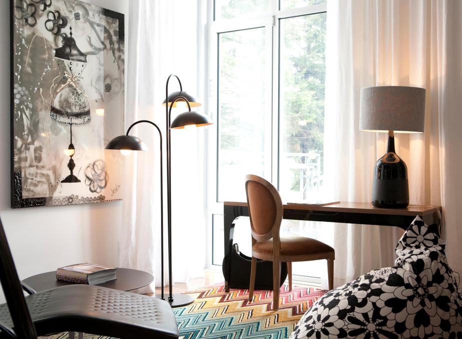 Le tapis coloré, posé sur le plancher du petit bureau, fait un clin d'œil au look éclaté du canapé du salon. Dans les deux cas, il s'agit de pièces de la marque Missoni.
