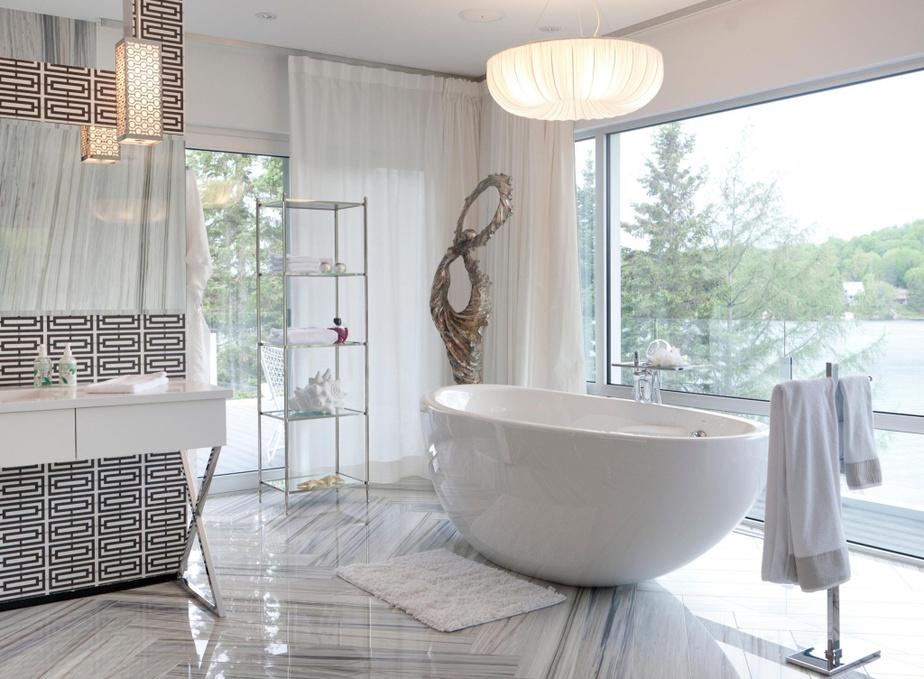 Deux salles de bains sont annexées à la chambre principale:l'une pour madame, l'une pour monsieur. Dans celle-ci, le grand bain trahit les préférences de Lucie Vachon. La céramique posée en chevron au sol crée un subtil rappel de l'inspiration Missoni.
