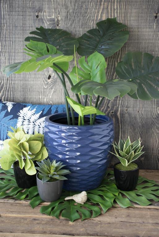 Le bleu est prédominant cette année, indique Anick Thélusma, de DécorsVéronneau. «Le bleu méditerranéen est une belle couleur riche avec un effet calmant», précise-t-elle. Le cache-pot en céramique (120$) a été jumelé avec un monstera artificiel (100$). Les petites plantes artificielles en pot coûtent 23$ chacune.
