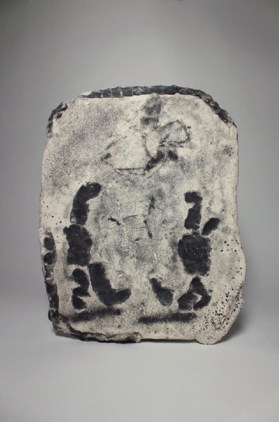Laurence Veri, Distance entre deux figures, 2019. Porcelaine, chamotte, sable, ilménite.