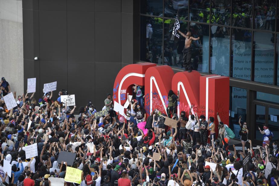 Des manifestants ont vandalisé le logo de CNN à l'extérieur du siège social d'Atlanta.