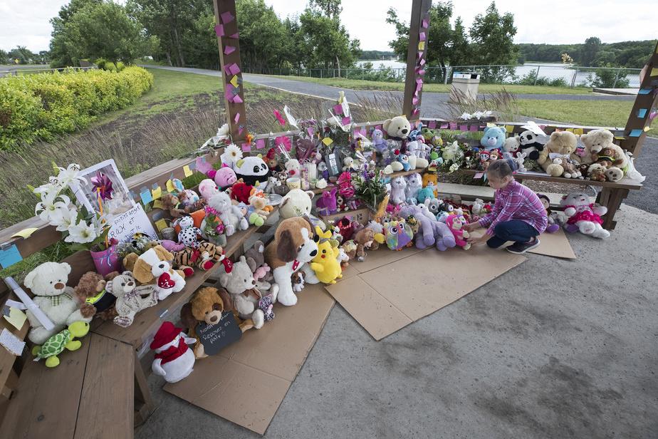 Léa Bélanger, 9ans, est venue se recueillir avec sa mère et son frère devant le mémorial en l'honneur des victimes.
