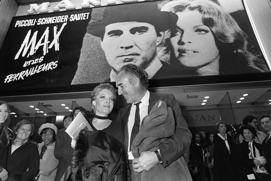 Michel Piccoli aux côtés de Romy Schneider à la sortie du film Max et les ferrailleurs de Claude Sautet, en février1971, à Paris.