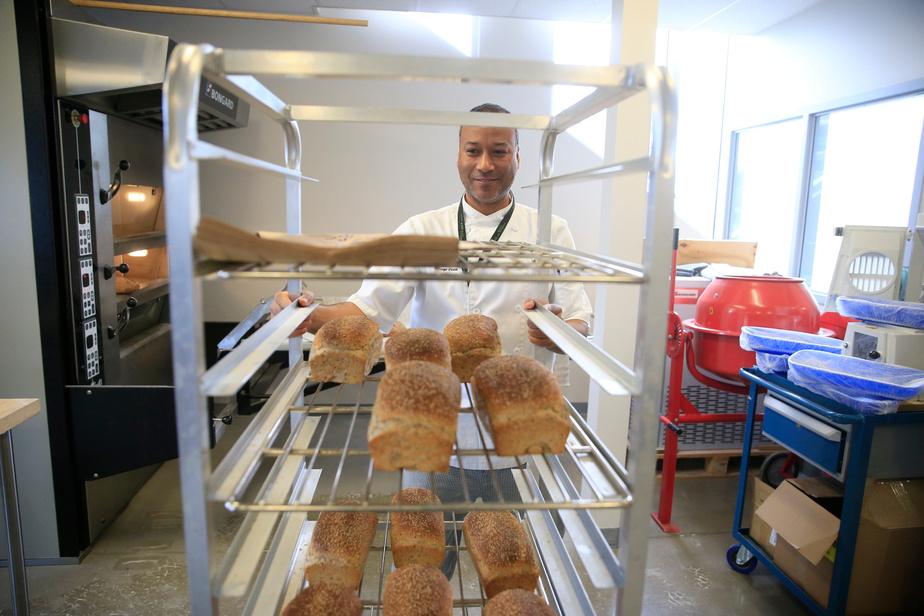 Le boulanger Bouchta Ejjabli fait des pains tous les jours pour tester la farine.
