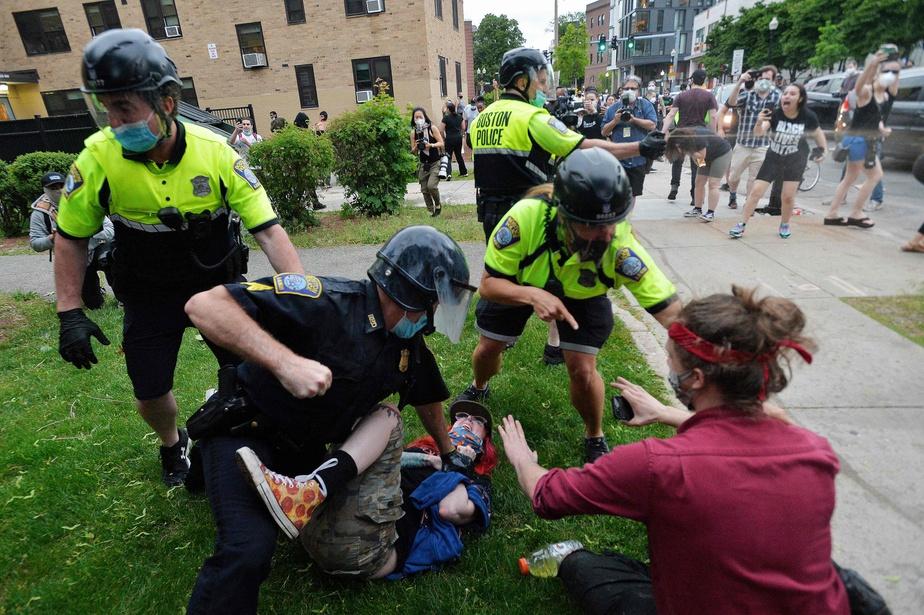 Un policier procède à l'arrestation d'un manifestant lors d'affrontements survenus à Boston.