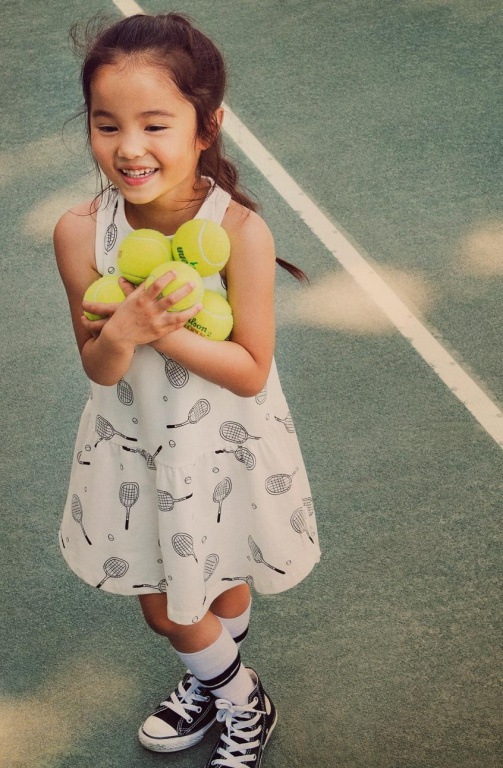 Une robe sans manches à imprimé de raquettes, parfaite pour celles qui font leurs premiers pas sur le court.
