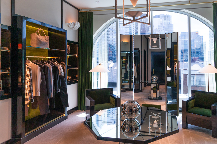 À l'étage consacré à la mode masculine se trouvent des salons de «shopping» personnalisé, dont le design est signé par le Montréalais MartinBrûlé-Brossard.