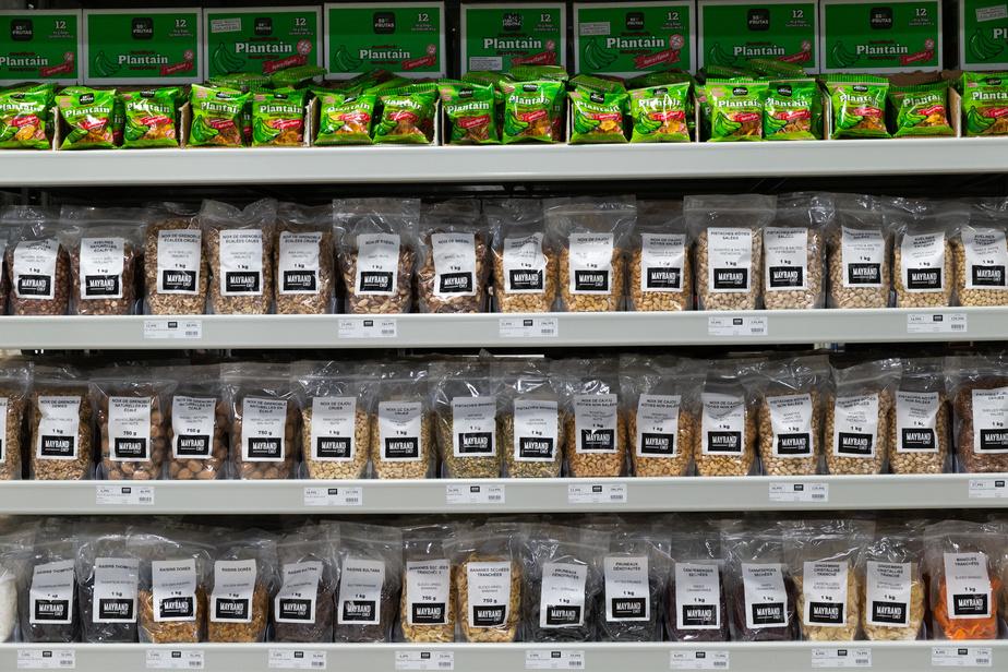 Mayrand mise notamment sur sa marque privée (ici, dans le rayon des noix et des fruits séchés) pour se différencier de la concurrence. Le concept du supermarché, très épuré et carré, se distingue aussi par ses produits vendus en grand format.