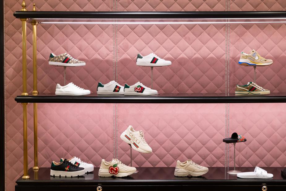 Au deuxième étage, on trouve un grand assortiment de chaussures signées Gucci, fort prisées par les temps qui courent.