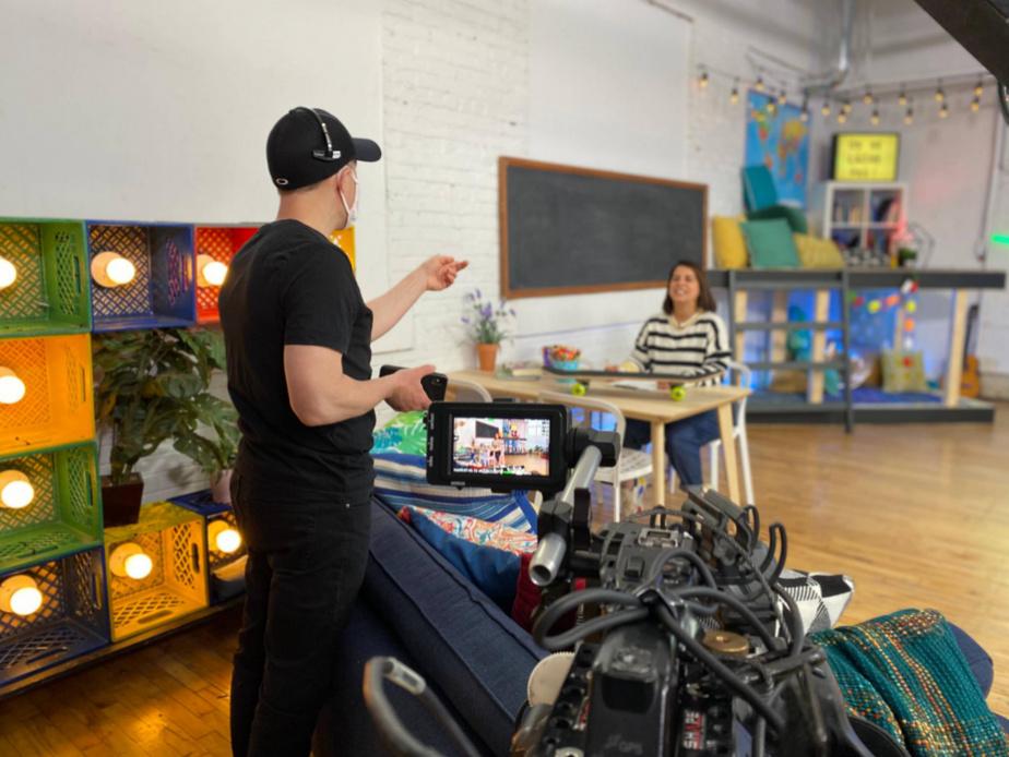 Le réalisateur/studio Sébastien Hurtubise donne des indications à Anaïs Favron lors du tournage de L'école à la maison.