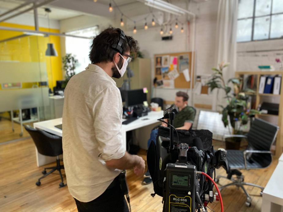 Jérôme Laflamme, directeur photo, discute avec Pier-Luc Funk, coanimateur desSuppléants, avant le début du tournage.
