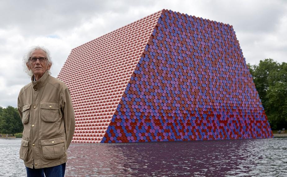 Christo pose devant son oeuvreThe Mastab à Londres, en 2018.