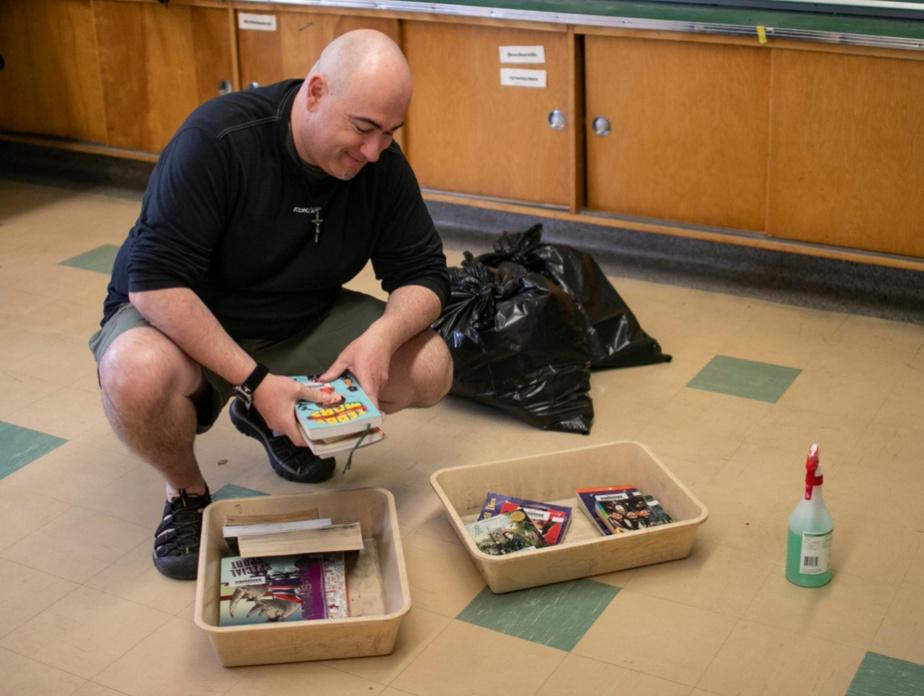 Enseignant d'anglais, Thierry Boulanger identifie des sacs contenant les effets scolaires des élèves qui ne reviendront pas en classe pour qu'ils puissent venir les chercher.