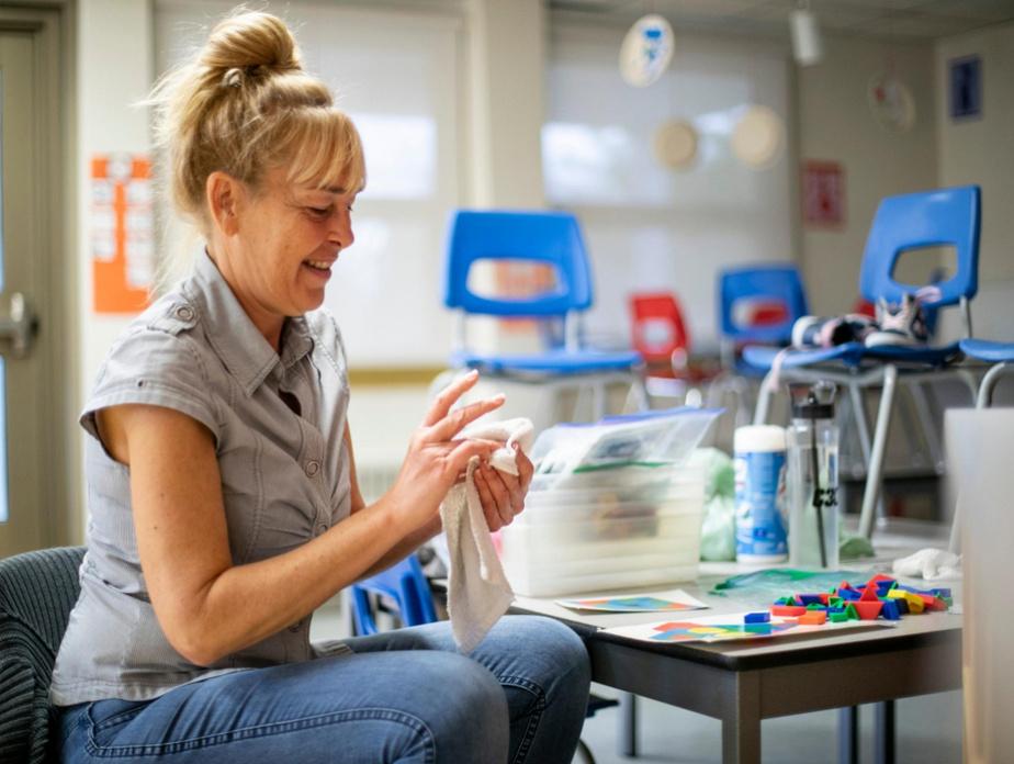 Claire Lafond, professeure de maternelle, nettoie des jouets.