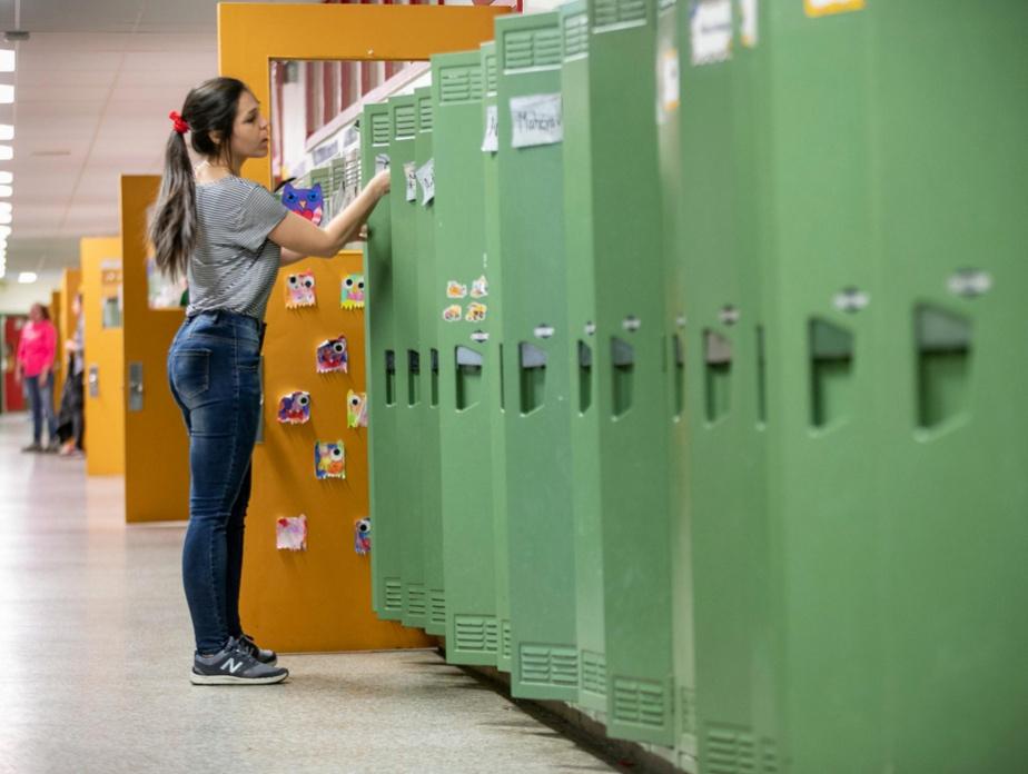 Triste tâche que celle de vider les casiers des élèves qui ne reviendront pas à l'école cette année. Sur notre photo, l'enseignante Jennifer Bardier-Paul.