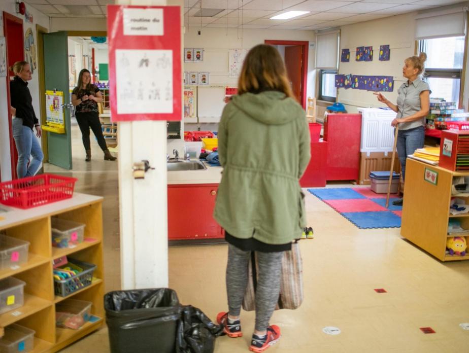 Des enseignantes discutent en respectant la distanciation physique devenue coutume depuis le début de la pandémie.
