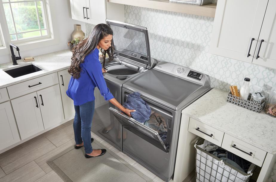 Les laveuses à chargement par le haut profitent de plus en plus des avancées technologiques. Cet appareil de marque Maytag peut être contrôlé à distance afin de lancer une brassée au moment désiré.