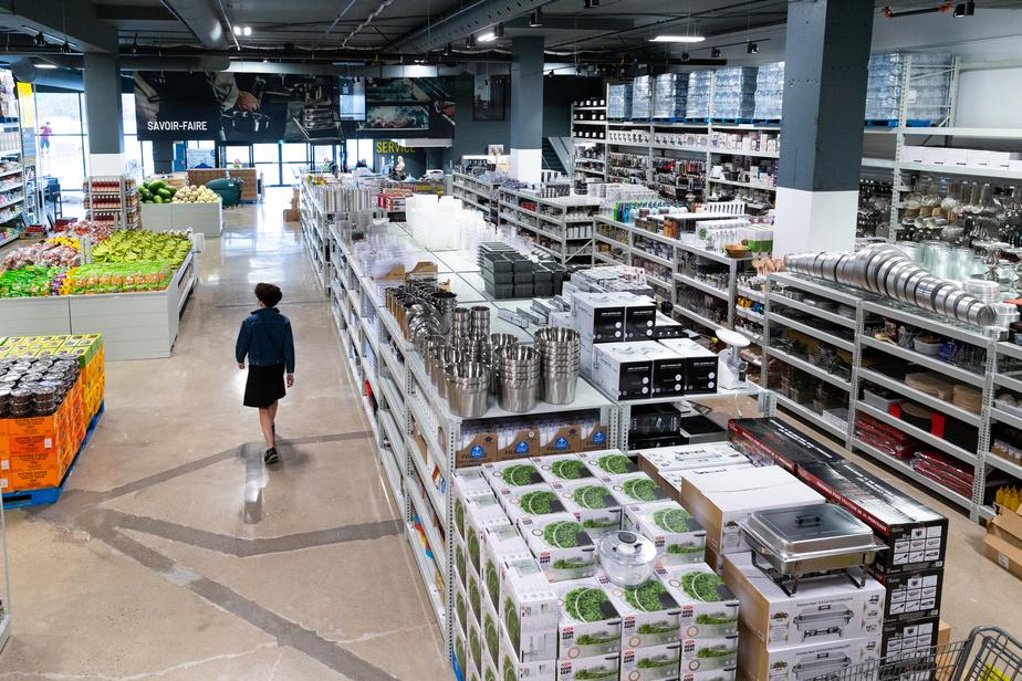 À Anjou, les restaurateurs et les traiteurs composent 40% de la clientèle de Mayrand. Le secteur institutionnel pourra aussi se procurer des aliments en gros format ainsi que divers types d'emballages et ustensiles de cuisine à Brossard.