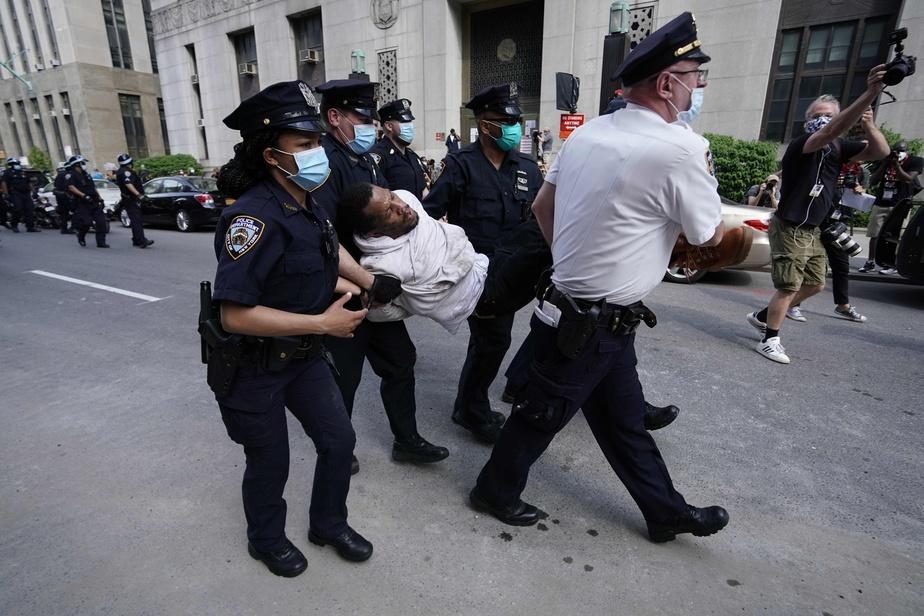 Des policiers de New York ont arrêté un manifestant lors d'un rassemblement Black Lives Matter.