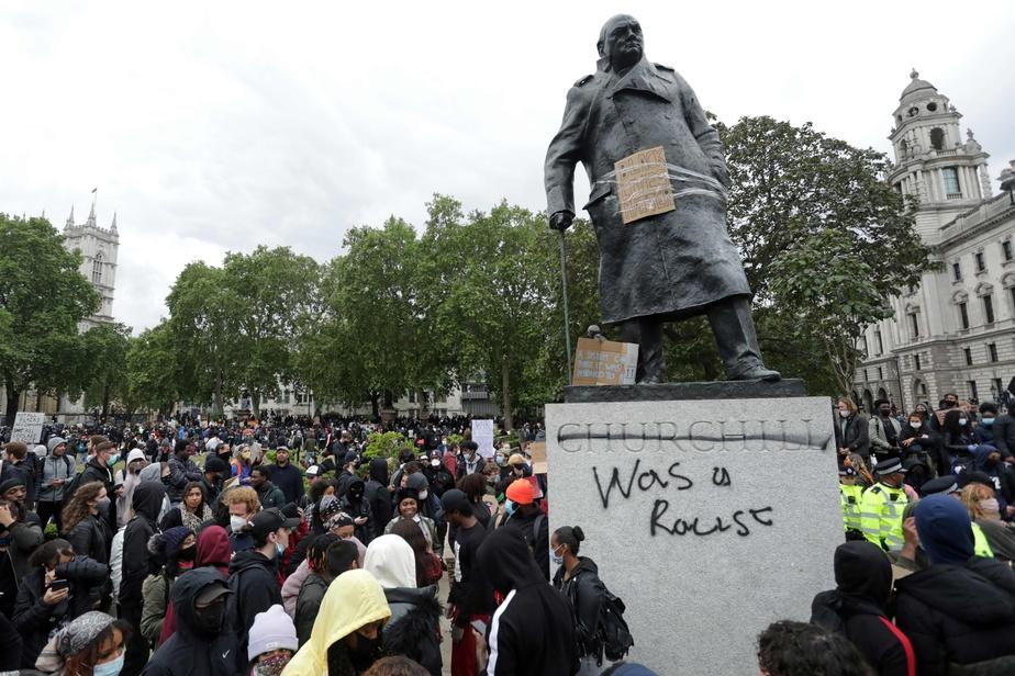 Churchill «était un raciste», selon ce graffiti inscrit sur sa statue, à Londres.