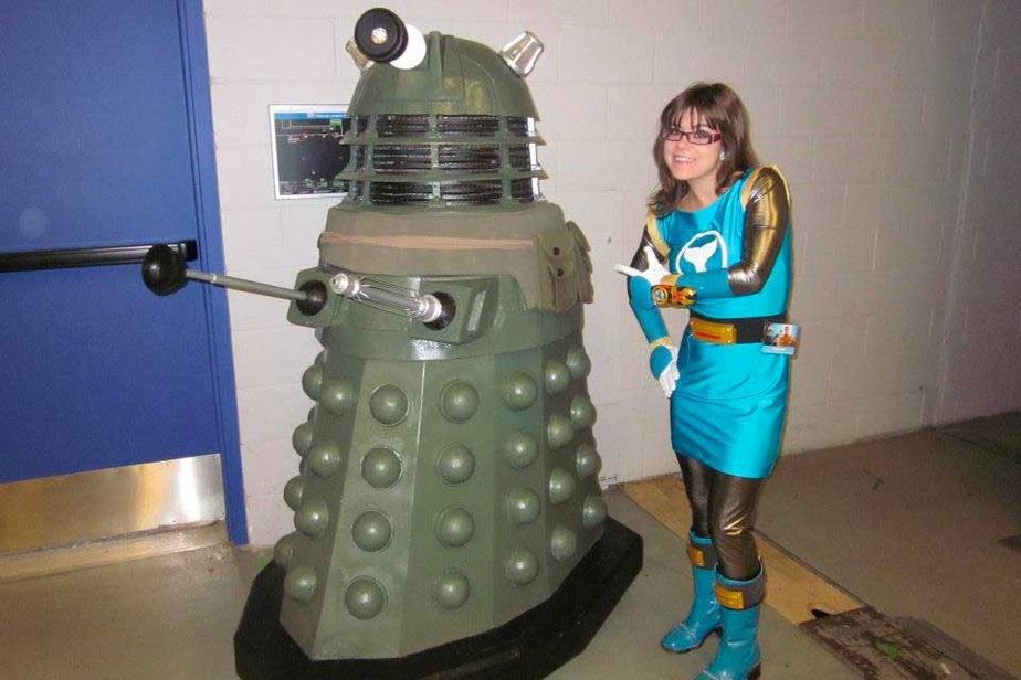 La blogueuse CatherineRuscigno a toujours été attirée par l'esthétique asiatique, qu'elle a découverte toute jeune dans les séries télévisées Power Rangers et Sailor Moon. Dans cette photo prise au Comiccon de Montréal2012, elle porte son premier costume de Power Rangers, tiré de la saison Ninja Storm. Elle se trouve aux côtés d'un Dalek de Doctor Who.