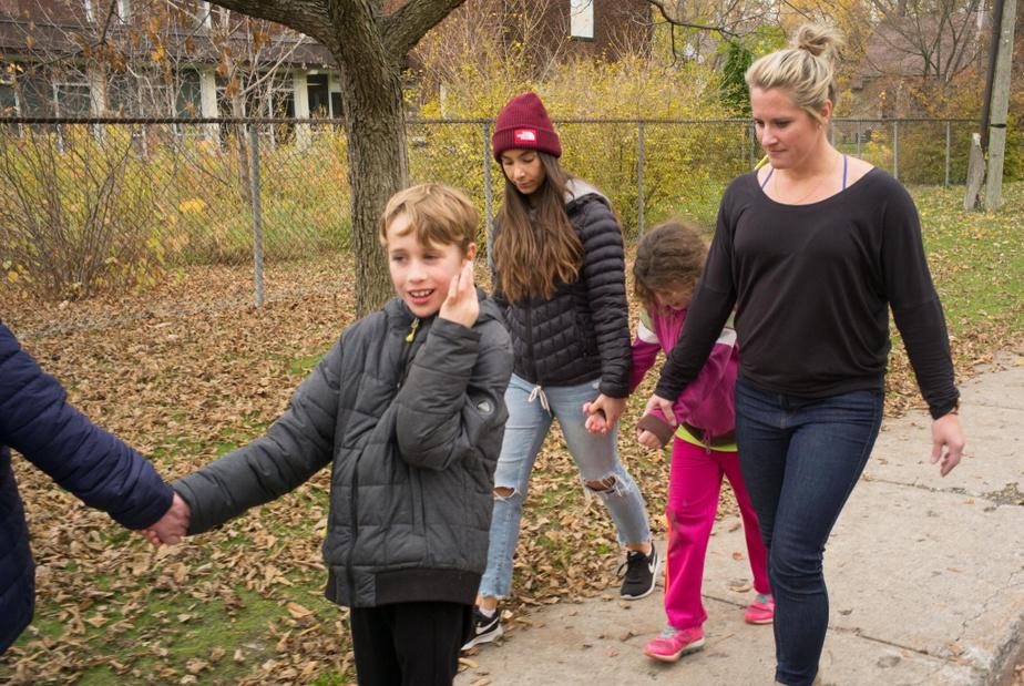 Les agentes Catherine Barrette et Marie-Ève Cloutier accompagnent les élèves de l'école REACH, pour la balade quotidienne dans les rues de Saint-Lambert.
