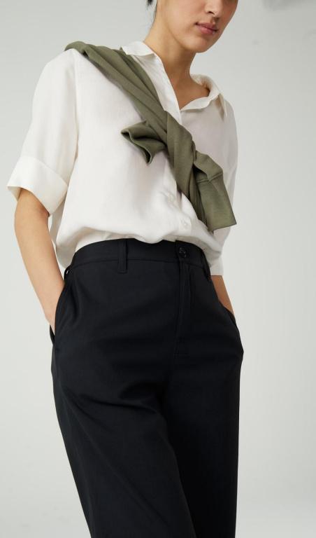 À la fois fonctionnels et urbains, les morceaux signés Vallier sont faits pour durer, avec style, comme ces pantalons chino taille haute. Prix: 109,99$