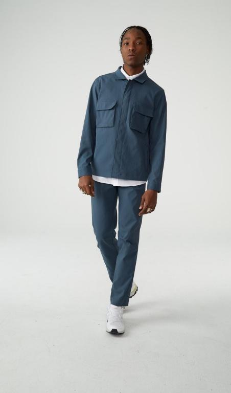 Un manteau chemise et des pantalons chino, pourun look décontracté qui a du style. Prix: 169,99$ et 119,99$