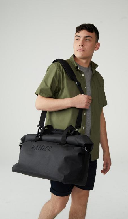 Le sac weekender est entièrement imperméable etcomprend un compartiment pour portable. Prix: 190$, offert à partir du mois de mai seulement