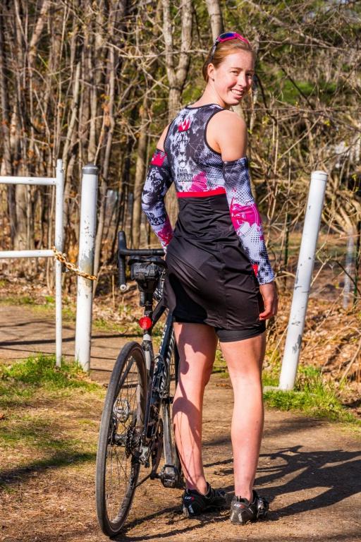Fondée en 2007 par Katie St-Laurent, une ancienne championne canadienne de cyclisme sur route, KSL n'est plus à présenter et compte une clientèle fidèle accro à ses pièces techniques–la designer fait tisser elle-même ses tissus techniques aux propriétés respirantes et antimicrobiennes ici, au Québec, une rareté–qui ont toutes un petit côté ludique, avec des détails et motifs bien placés. Par exemple, sa robe Queen est dotée sur les côtés du bijou signature KSL, qui permet de remonter le bas de la robe pour en faire une camisole une fois sur sa selle, et de la replacer une fois sa promenade finie (130$). Sur la photo, on voit aussi les cuissards Angelina (90$) et les manchettes Queen (38$). Très pratique!
