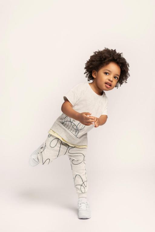 Le t-shirt gris et le pantalon assorti à imprimé de montagnes russes font partie de la collection de Miles Baby inspirée des parcs d'attractions.