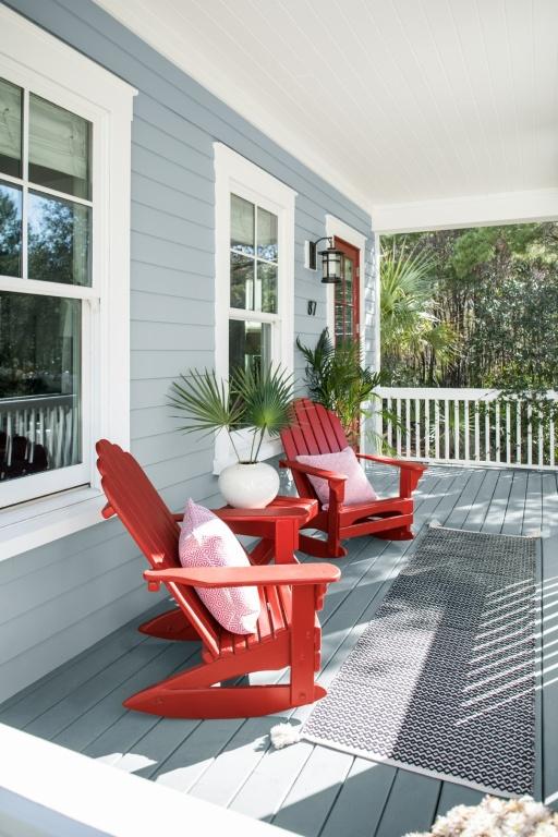 Différents éléments peuvent être peints pour personnaliser son décor extérieur: l'encadrement des fenêtres et de la porte, les chaises, la table d'appoint et le plafond.
