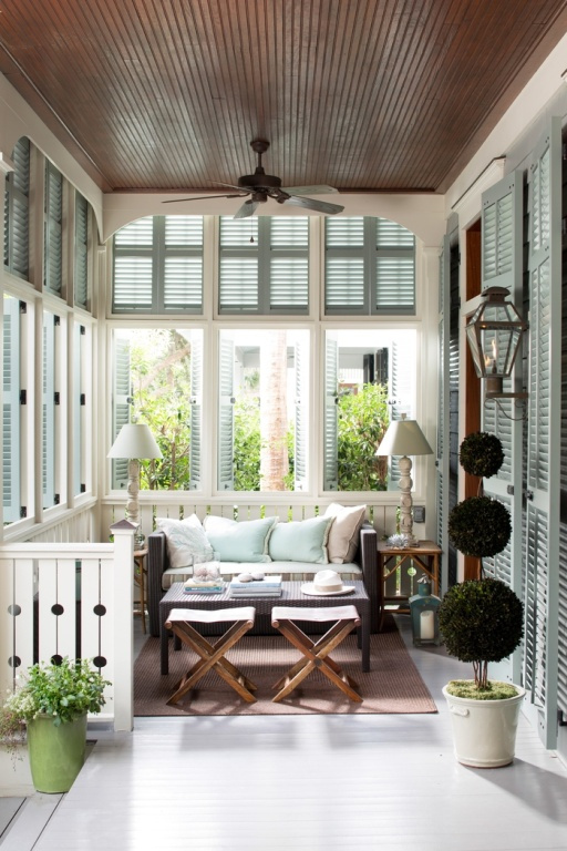 Un grand soin a été accordé aux détails. Deux des coussins sont de la même couleur que les persiennes. Le plafond, d'une couleur contrastante, renforce l'impression d'être dans un cocon.