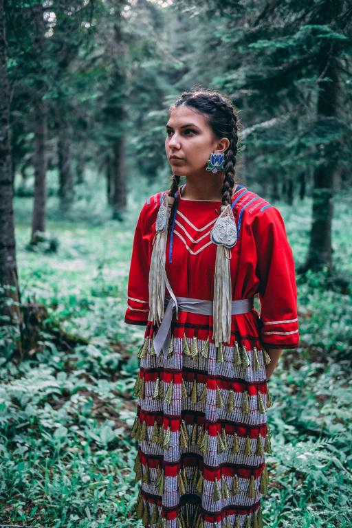 Ahtolimiye (She Keeps Praying), 2018, Emma Hasencahl-Perley (Nation Wolastoqiyik), texte déchiqueté de la Loi sur les Indiens appliqué sur une robe à clochettes, 107cmx51cmx15cm. Œuvre exposée à la galerie Art mûr.