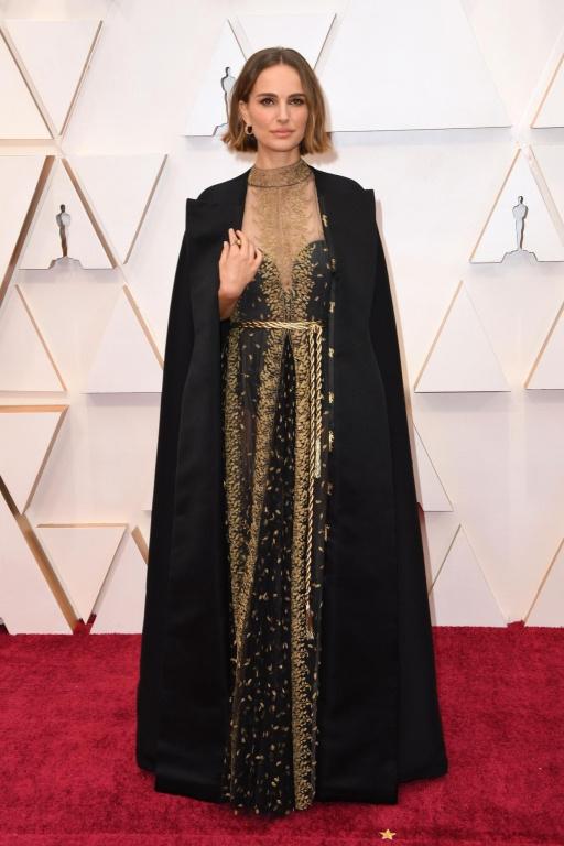 Natalie Portman, qui présentait un prix dimanche soir, était tout à fait dans l'air du temps avec sa coupe au carré, sa robe Dior Haute Couture jouant sur la transparence aux détails finement travaillés avec, jetée sur ses épaules, une longue et raffinée cape noire agencée, où se trouvaient inscrits, sur les revers, les noms de réalisatrices ayant proposé des films marquants cetteannée.