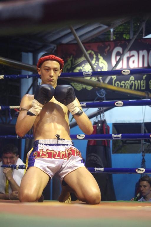 Un combattant étranger effectue sa danse rituelle avant un combat.