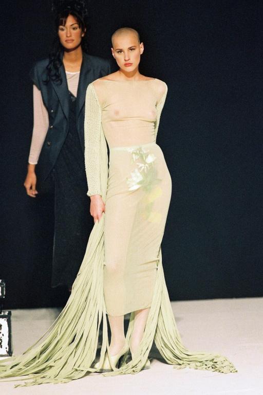 Ève Salvail a défilé pendant de nombreuses années pour Gaultier; on la voit ici lors du dévoilement de la collection Les Classiques Gaultier revisités, en 1993.