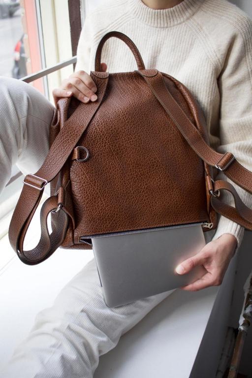 Le sac à dos Mercato en brun cognac, 375$.