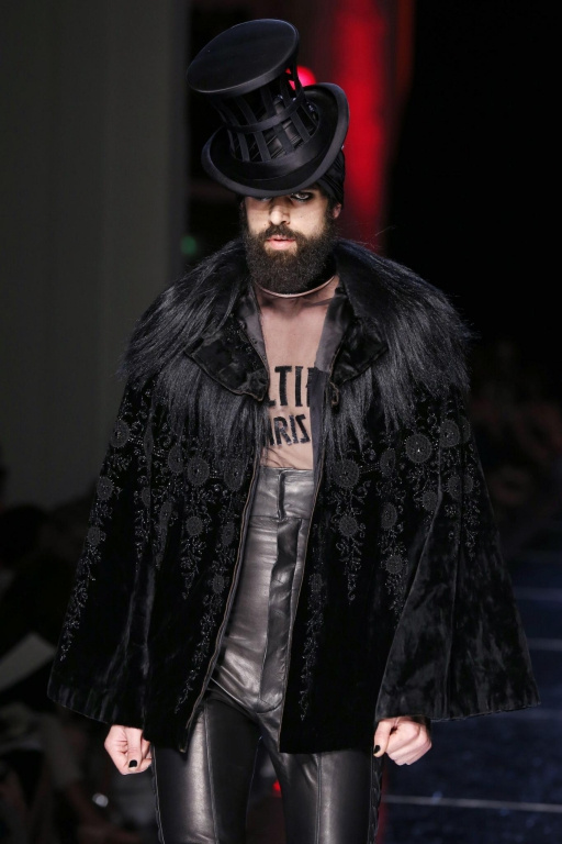 Gaultier a bousculé les codes vestimentaires, brouillé la frontière entre le masculin et le féminin.