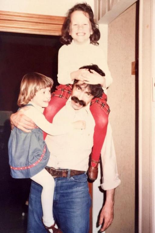 Réjean Boyer a longtemps porté une moustache. On le voit ici avec ses deux filles, encore petites.