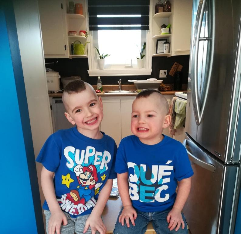 «J'ai essayé de leur couper les cheveux aux ciseaux, mais ils bougeaient beaucoup, et le résultat était vraiment laid. Papa, qui voulait depuis longtemps qu'on leur fasse des mohawks, a rattrapé l'erreur!», dit Karine Bergeron-Grisé, à propos de ses fils Zackary et Félix-Antoine.