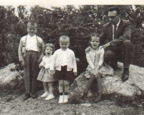 Denise Albert enfant, avec son père, sa sœur et ses frères