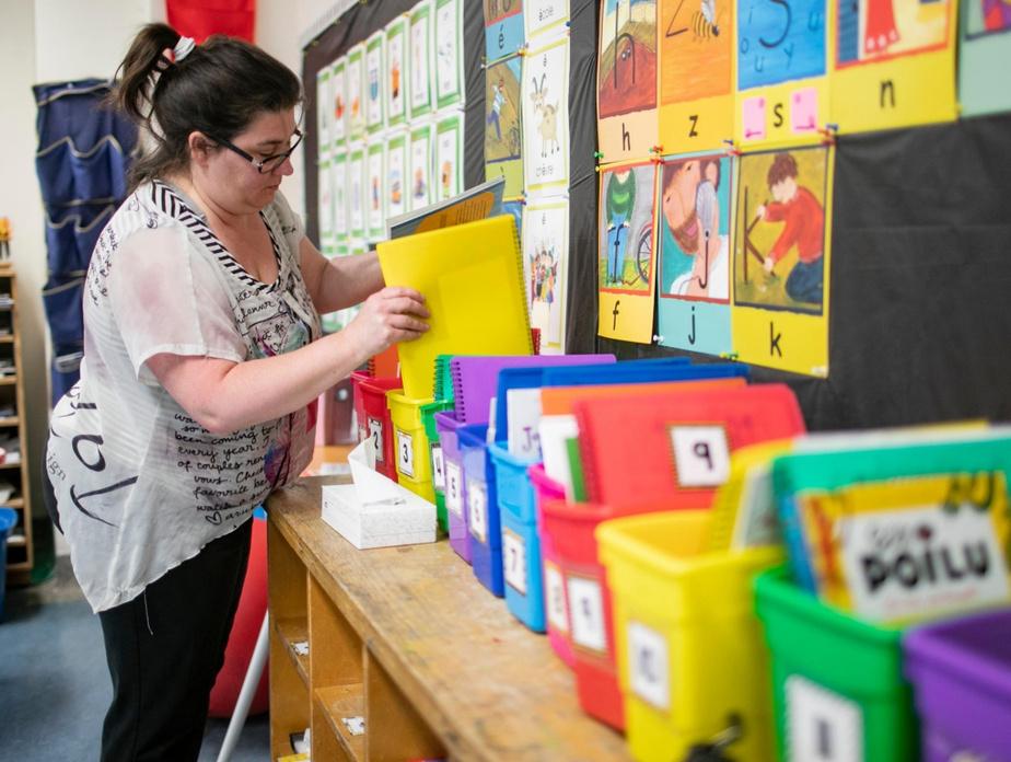 Marika Villemure dispose des cahiers en vue du retour de ses élèves de 1reannée.